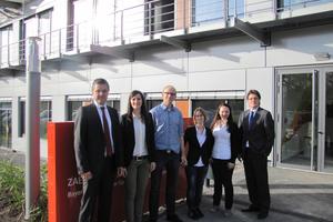 Vor dem Energy Efficiency Center in Würzburg (v.l.n.r.): Wolf Hartmann (LTG), die Gewinnerin Valeria Hofer, die drei Zweit- und Drittplatzieren Fabian Zabka, Marina Landau-Orth und Christine Knaus sowie Ralf Wagner (LTG)