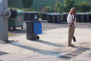 Waschplatz auf dem zentralen Betriebshof der Stadt Marl mit Regenwasseranschluss für Fahrzeuge und Behälter, z.B. Mülleimer.
