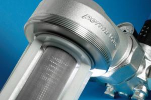 Dank patentiertem Streifenbürsten-System ergibt sich ein doppelter Reinigungseffekt für Klarsicht-Filtertasse und Edelstahl-Filtersieb.