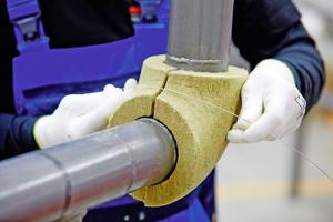 Die beiden Teile der Dämmung für den Rohrbogen werden einfach um das zu dämmende Rohr gelegt und mit verzinktem Bindedraht befestigt.