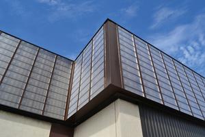 """An der Fassade im Energiespareinsatz: """"Lubi Wall""""-Solar-Luftkollektoren, die ihre Arbeit in Form architektonisch attraktiver Fassadenelemente verrichten."""