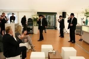 """Mit einer Gesangsvorführung der """"Men in Black"""" wurde die offizielle Feier beendet"""