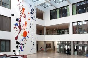 Leichtigkeit statt Zeigefinger: Kunstwerk des Objektkünstlers und Malers Peter Zimmermann in der Eingangshalle des Justizzentrums<br />