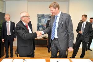 Stärken bündeln: Per Handschlag beschließen Aage Søndergaard Nielsen und Niels B. Christiansen (rechts) die Fusion ihrer Unternehmen Sondex und Danfoss.  (Foto: Danfoss)