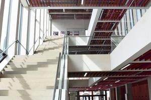 Die Bauform zeichnet sich durch Transparenz, Großzügigkeit und Offenheit aus: Ein lichtdurchfluteter Aufgang und hohe Wände aus Sichtbeton sind die neuen Markenzeichen.