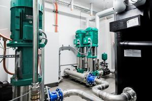 """Mit konstantem Druck bis in die oberste 14. Etage: die Druckerhöhungsanlage """"COR-2"""" von Wilo versorgt das Gebäude mit Trinkwasser."""