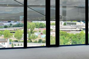 Die transluzenten Lochblechbehänge bieten Sonnenschutz und bewahren gleichzeitig Transparenz nach außen
