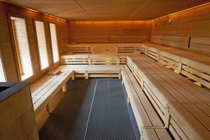 Der Saunabereich bietet Platz für Entspannung.