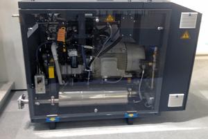 Kundenspezifische Schalldämpfer-Lösungen für BHKW zählen zu den Schwerpunkten von Kutzner + Weber: Der AGK-Schalldämpfer im Einsatz bei Bosch KWK Systeme GmbH, BHKW-Modul (12/20 kW<sub>el</sub>).