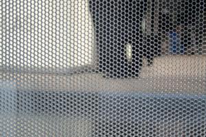 Als Sonnen- und Blendschutz können auch Wabenplatten im Scheibenzwischenraum des Isolierglases integriert werden. Die Waben schließen, je nach Einbauwinkel, das direkte Sonnenlicht komplett aus und bieten eine gute Durchsicht sowie Lichtstreuung.<br />