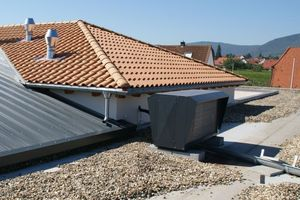 Die geräuscharme Außeneinheit ist dezent auf dem Dach installiert.
