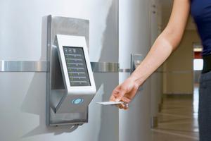Mit Hilfe einer Identifikationskarte erkennt das System einzelne Fahrgäste und eignet sich deren Nutzungsgewohnheiten an.<br />