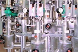 """An den """"Zortström""""-Hauptverteiler im Kesselhaus der NürnbergMesse sind 22 Systemkreise an drei Temperaturebenen angeschlossen. Die mittlere Temperaturebene nimmt die Wärme auf, die über die Abgaswärmetauscher zur Brennwertnutzung gewonnen wird<br />"""
