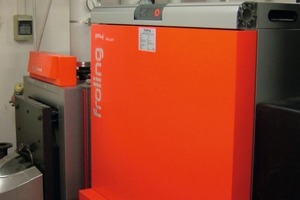 Heizraum Pfarr- und Gemeindezentrum, Heizkessel Fröling P 4 Pellet 85 kW; dahinter der Ölkessel für Spitzenlast- und Wartungszeiten<br />