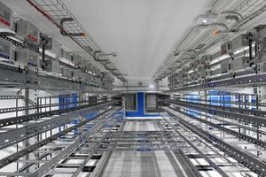 Die elektrische Verkabelung der Gestellräume erfolgt über ein offenes Zwischengeschoss anstatt über den Doppelboden