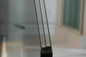 """Dreifach-Isolierglas mit """"warm edge""""-Randverbund wird nach Einschätzung der Fachwelt zum """"Standard"""" werden. Gehärtete Dünngläser machen das Isolierglas leichter als mit dem bisher üblichen Aufbau. Das Bild zeigt ein Glas mit dem Aufbau: 3 mm Weißglas ESG, 12 mm SZR, 2 mm Weißglas TVG, 12 mm SZR, 3 mm Weißglas ESG.<br />"""