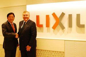 Yoshiaki Fujimori, CEO Lixil Group, und David J  Haines, CEO Grohe Group