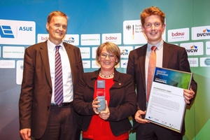 Die Geschäftsführerin von MicrobEnergy, Dr. Doris Schmack, nahm die Auszeichnung gemeinsam mit Robert Böhm (Abteilung F&E) aus den Händen von Dr. Karsten Sach, Bundesministerium für Umwelt und Bauen, Leiter der Abteilung Klimaschutzpolitik Europa und Internationales (links), entgegen.  (Foto: ASUE - Andreas Weinand)
