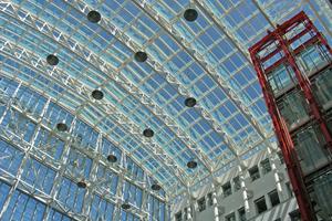 Hell, freundlich und mit einem guten Raumklima präsentiert sich die HanseMerkur Versicherungsgesellschaft am traditionellen Standort nach der energetischen Glasdachsanierung.
