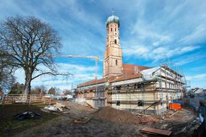 Im Schatten der Kirche entsteht im Herzen von Vilsbiburg derzeit die neue Kinderkrippe