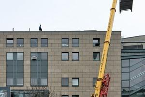 Eine Rückkühler wird auf das Dach des Cinedoms gehoben<br />