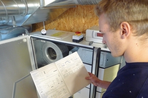 Wie alle anderen Technologien und Materialien im Technikhaus Energie+ ist auch das Lüftungsgerät zugänglich. So werden komplizierte Vorgänge möglichst simpel dargestellt und auch Laien verständlich gemacht.<br />