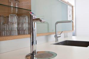 """30 Trinkwassersysteme """"ZIP Hydro<br />Tap Sparkling"""" in den Teeküchen liefern kochendes, gekühltes und auf Wunsch auch mit Kohlensäure versetztes Trinkwasser aus der Armatur."""