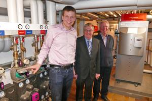 Energiewende in der Praxis: Oliver (links) und Hermann Schlering (rechts) führten Reinhold Sendker MdB (Mitte) durch das Ausstellungshaus und die Heizzentrale der Schlering GmbH.