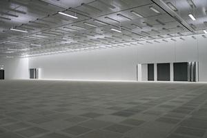 Der Betriebsraum des Centers ist für maximal 150 Lotsentische ausgelegt; alle Tische stehen direkt auf (noch zu verlegenden) luftdurchlässigen Teppichbodenfliesen