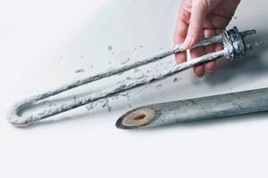 Freie Oberflächen, z.B. von Wärmetauschern oder Trinkwasserrohren wirken als Kristallkeimbildungszentren; vor allem an diesen Stellen findet eine Kalkabscheidung statt<br />
