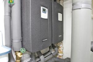 Die beiden Frischwasserstationen erzeugen als Kaskade bis zu 80l warmes Wasser pro Minute und sichern so den Warmwasserkomfort in den 34 Wohnungen, 13 Geschäften und dem Fitness-Studio.