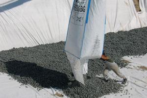 Bild 5: Perimeterdämmung: Einbringen von Glasschaumgranulat<br />