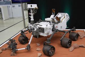 """Ein Blickfang auf dem Forum wie aus einer anderen Welt: der Mars-Roboter Curiosity, bei dessen Entwicklung die Siemens-""""PLM""""-Software zum Einsatz kam"""