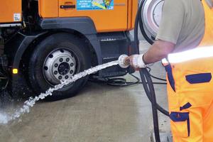 Die Fahrzeuge der Stadtreinigung in Marl werden regelmäßig mit Regenwasser gereinigt und befüllt.