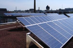 Ebenfalls im Maßnahmenpaket eine PV-Anlage mit 50 kW<sub>p</sub> und ein Gründach mit Regenwasserverdunstung zur Gebäudekühlung<br />