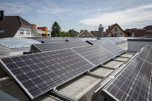 """Diese PV-Anlage mit """"HIT""""-Modulen und einer Leistung von 16 kWt ist auf einem Bungalow in Rüsselsheim montiert. Einen Teil des Solarstroms verbraucht die Familie selbst.<br />"""
