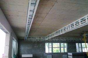 Vorinstallation der Technikkanäle im Zuge des Innenausbaus: Die Beplankung mit den Akustikplatten erfolgte erst kurz vor der Fertigstellung<br />