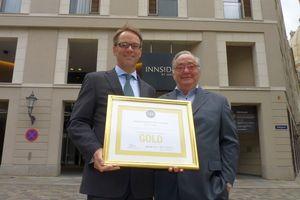 Die Zertifikatsübergabe von Jörg Köllmann (rechts) an den Innside-Hoteldirektor Marco Bensen.  (Foto: Medienkontor)