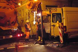 Montage der Wärmetauscherstrecke von 76 m Länge im Kanal während der Nacht, ...<br />