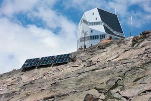 Freistehende Solarthermie- und gebäudeintegrierte Photovolatik-Anlagen sichern die Energieversorgung der Monte-Rosa-Hütte