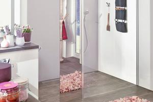 """Die zweigeteilte """"Walk-in XB"""" auf Duschplatz """"Line E70"""" bietet dank des integrierten Spiegelglases erhält man zusätzlich noch einen Ganzkörperspiegel im Bad."""