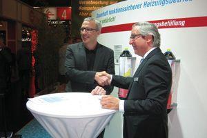 Die beiden Geschäftsführer Michael Sautter (rechts) und Jürgen Korff besiegeln die Kooperation ...