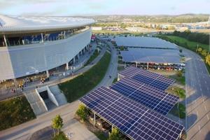Die TSG hat etwa 10.000 m<sup>2</sup>Arena-Parkfläche mit 4025 Solarzellen ausstatten lassen.