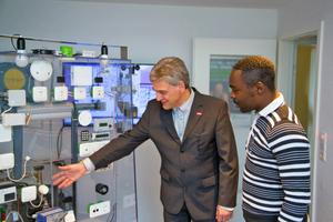 Informations-Systemtechnik-Student Fabrice Tchopfambie Nkameni (rechts) im Gespräch mit Projektleiter Harald Schrom.