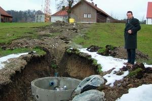 Wärme-Verteilerschacht, im Hintergrund die Grundschule Pähl vor der Erweiterung<br />