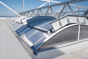 Dachoberlichter versorgen insbesondere Industriegebäude mit Tageslicht und tragen zu einer energieeffizienten Gebäudehülle bei