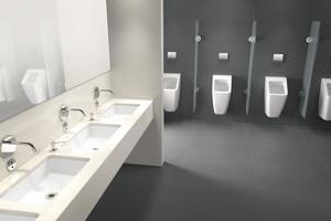 Sensorgesteuerte Armaturen und Urinale halten den Wasserverbrauch gering und sind dank Hygienespülung stets nutzungsbereit.<br />
