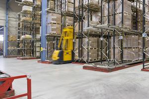 In Logistikgebäuden erzeugt eine Industrieflächenheizung eine gleichmäßige Raumtemperatur.