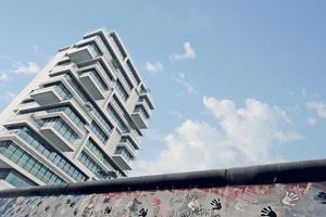 """14 Stockwerke, 60 m Höhe und 6.200 m<sup>2</sup> misst das Wohnhaus """"Living Levels"""" direkt an der Berliner East Side Gallery."""