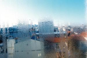 Bildung von Kondenswasser durch zu geringe Luftwechselraten. Schimmelbefall kann die Folge sein.